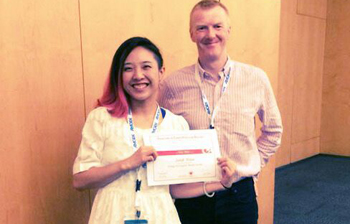 Dr Sarah Hsiao from the University of Sheffield being presented with the award alongside Prof Evans