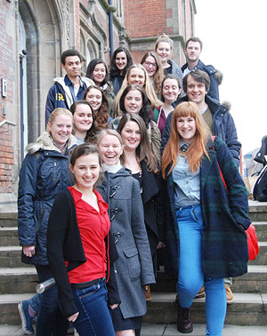 Maud Vanhauwaert with students of Dutch