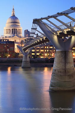 Image: London: Millennium Bridge at dusk